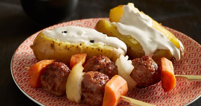 Brochettes de veau, pommes de terre Pompadour & sauce cajou